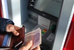 Bank notes pose 'low risk' of spreading Covid-19